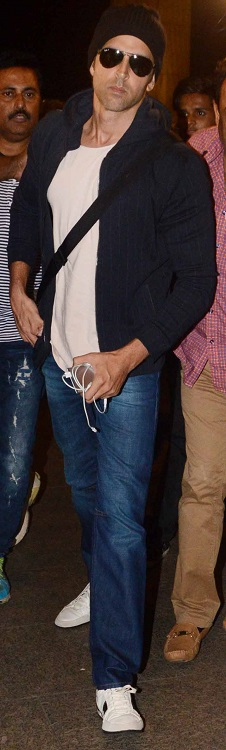 -hrithik roshan spotted at airport (5)