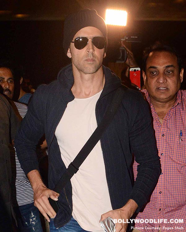 .-hrithik-roshan-spotted-at-airport-(7)