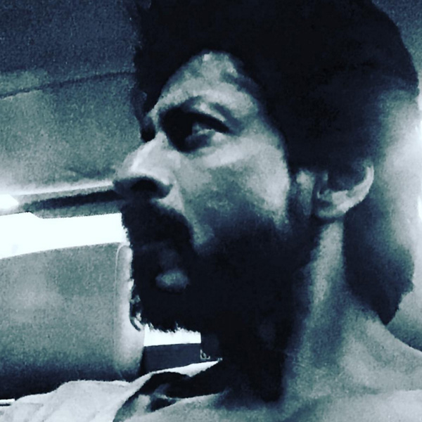 Shah Rukh Khan flaunting his tanned, oily skin on sets of 'Raees'