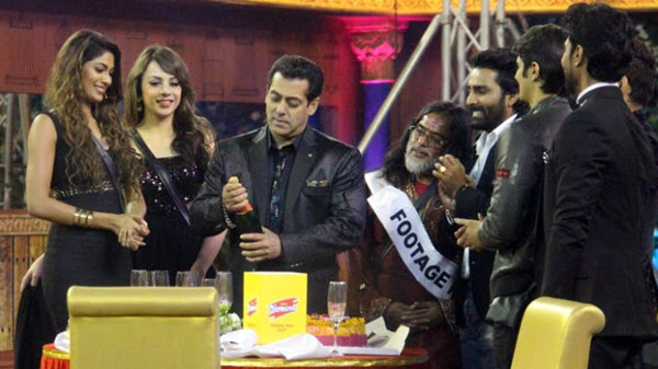Salman-Khan-rings-in-the-New-Year-with-the-Bigg-Boss-contestants-678x381