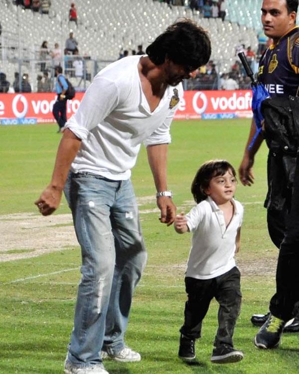 Abram-Khan-and-Shah-Rukh-same-way-of-dressing-5