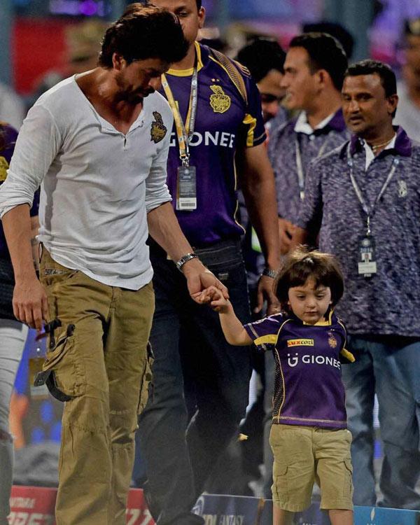 Abram-Khan-and-Shah-Rukh-same-way-of-dressing-7