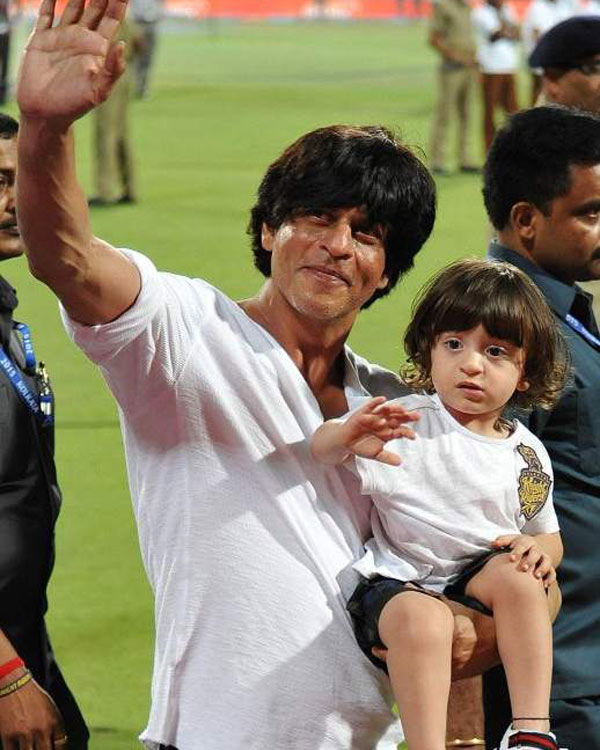 Abram-Khan-and-Shah-Rukh-same-way-of-dressing-9